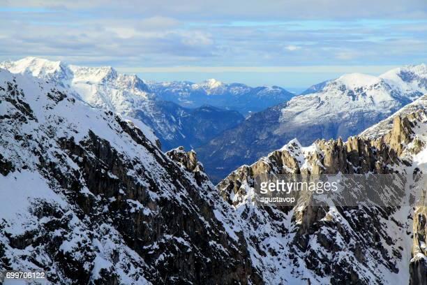 Innsbrucker Nordkette schneebedeckten Bergkette Panorama und idyllischen Tirol Karwendel Gebirge von oben, Österreich