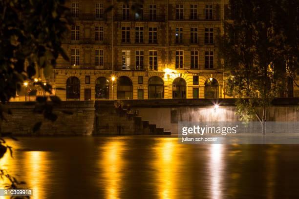 inondation de la seine à paris - quayside ストックフォトと画像
