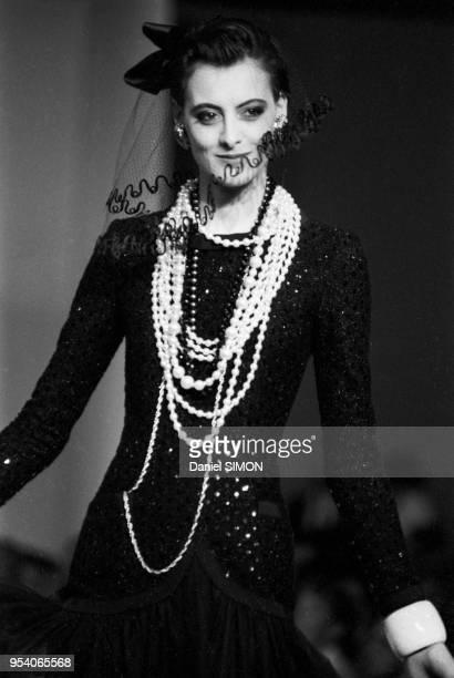 Inès de La Fressange au défilé Chanel PrêtàPorter collection AutomneHiver 8384 à Paris en mars 1983 France