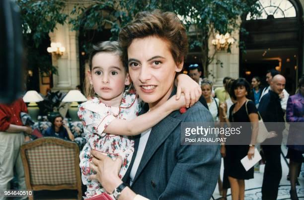 Inès de La Fressange et sa fille Nine venue assister au défilé Christian Lacroix Haute Couture AutomneHiver le 10 juillet 1997 à Paris France