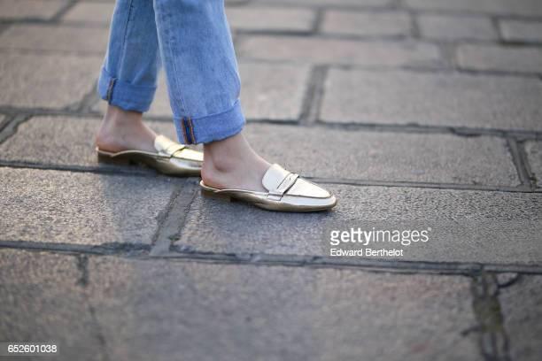 Insaf Bennis fashion blogger wears Levi's blue denim jeans pants a Kenzo purple bag a Zara black off soulder top JustFab gold shoes and a JustFab...