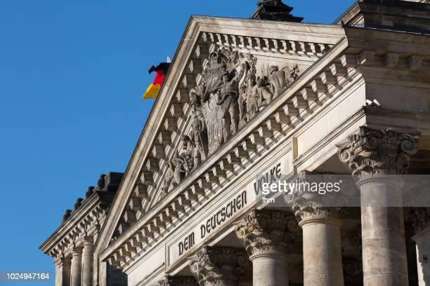 """inscription on the architrave on the west portal of the reichstag building in berlin: """"dem deutschen volke"""" (berlin, germany) - demokratie stock-fotos und bilder"""