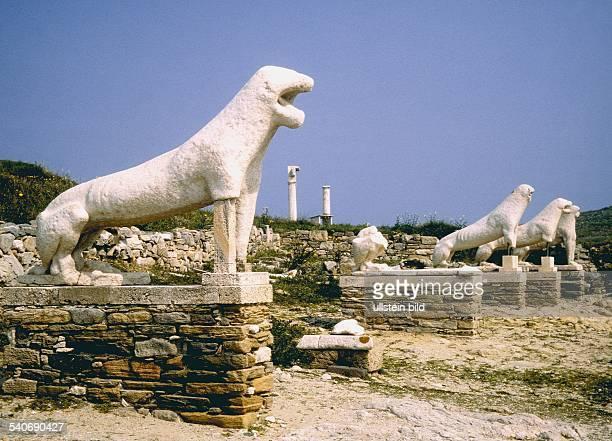 Insel Delos Inselgruppe der Kykladen Löwenskulpturen an der Prozessionsstraße zwischen dem Tempel der Leto und dem heiligen See Die kaum bewohnte zu...