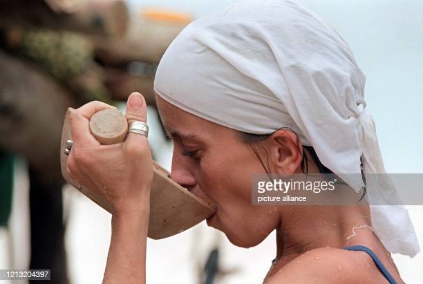 Inselromantik Aus einer Schale trinkt Kerstin Teilnehmerin der SAT1AbenteuerShow Das Inselduell am 362000 auf der malayischen Insel Simbang den Saft...