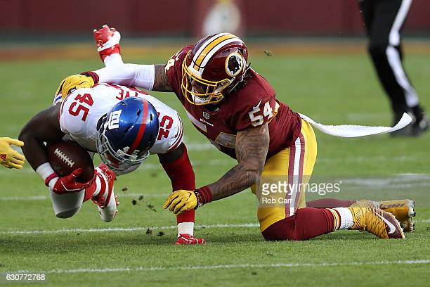 Inside linebacker Mason Foster of the Washington Redskins tackles tight end Will Tye of the New York Giants in the first quarter at FedExField on...