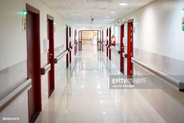 inside of hospital - couloir photos et images de collection