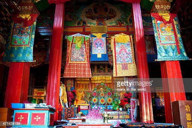 inside the ganden sumtseling monastery in shangri-la. - shangri la stockfoto's en -beelden
