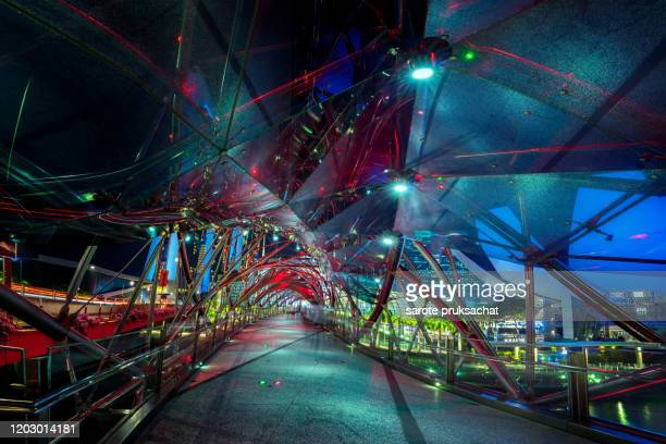 inside the  helix bridge at night in singapore . - 都市乱開発 ストックフォトと画像