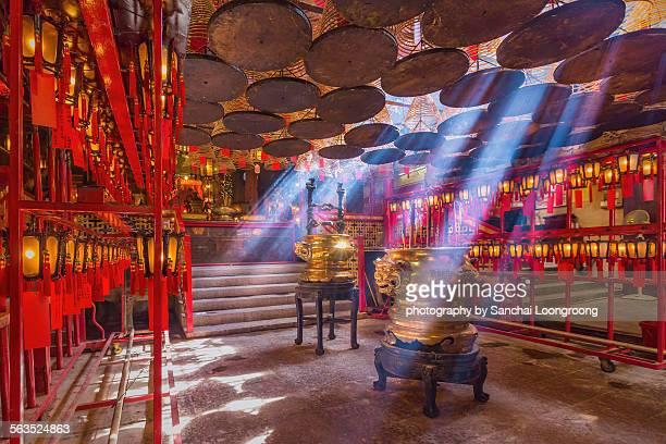 inside the man mo temple,hong kong - man motempel stockfoto's en -beelden