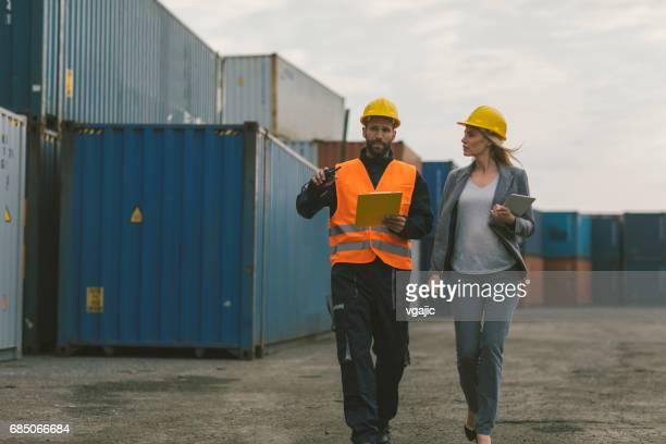 Inspector y trabajador manual control de contenedores de carga