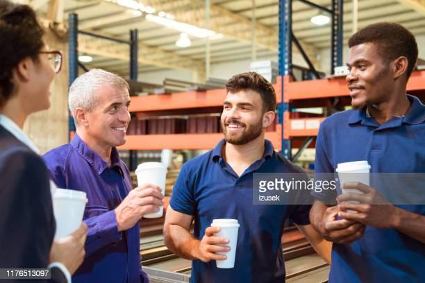 inspektor und arbeiter diskutieren in der kaffeepause - izusek stock-fotos und bilder