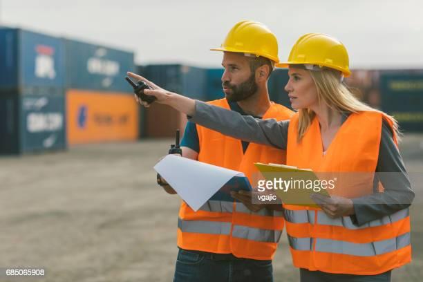 Inspecteurs controleren cargo containers