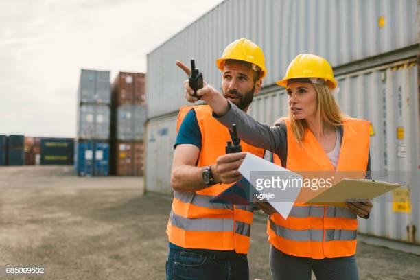 inspektoren überprüfen frachtcontainer - serbien stock-fotos und bilder