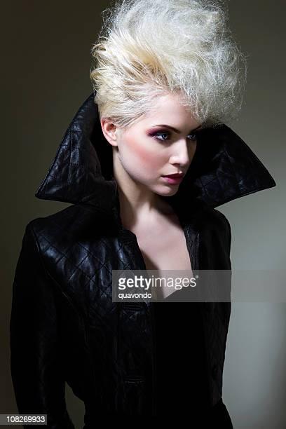 美しいブロンド白人ファッションのモデル、大きめのヘアスタイル、カラージャケット - haute couture ストックフォトと画像