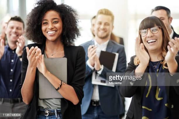 触発された従業員全員ラウンド - 拍手喝采 ストックフォトと画像