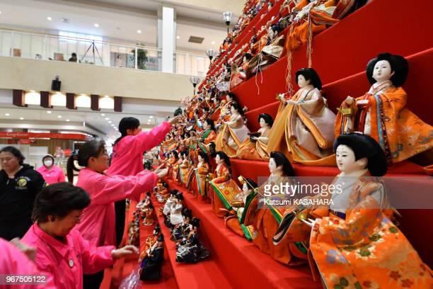 Installation de poupées sur une estrade en pyramide de 7m de hauteur pour se préparer à la Hina matsuri dans un grand magasin de la ville de Konosu à...