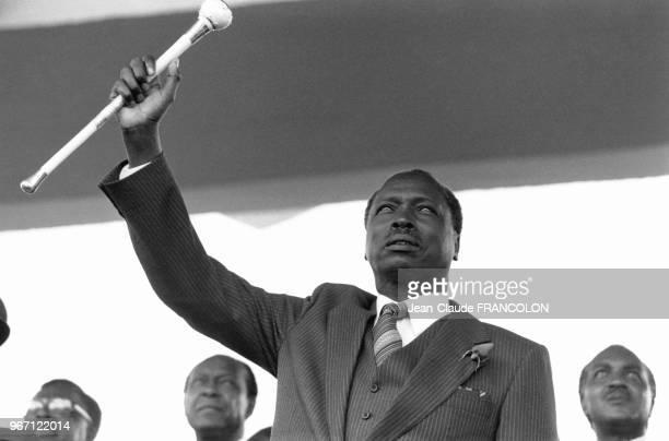 Installation du président kenyan Daniel arap Moi qui a prêté serment sur la Bible le 14 octobre 1978 devant la population de Nairobi au Kenya