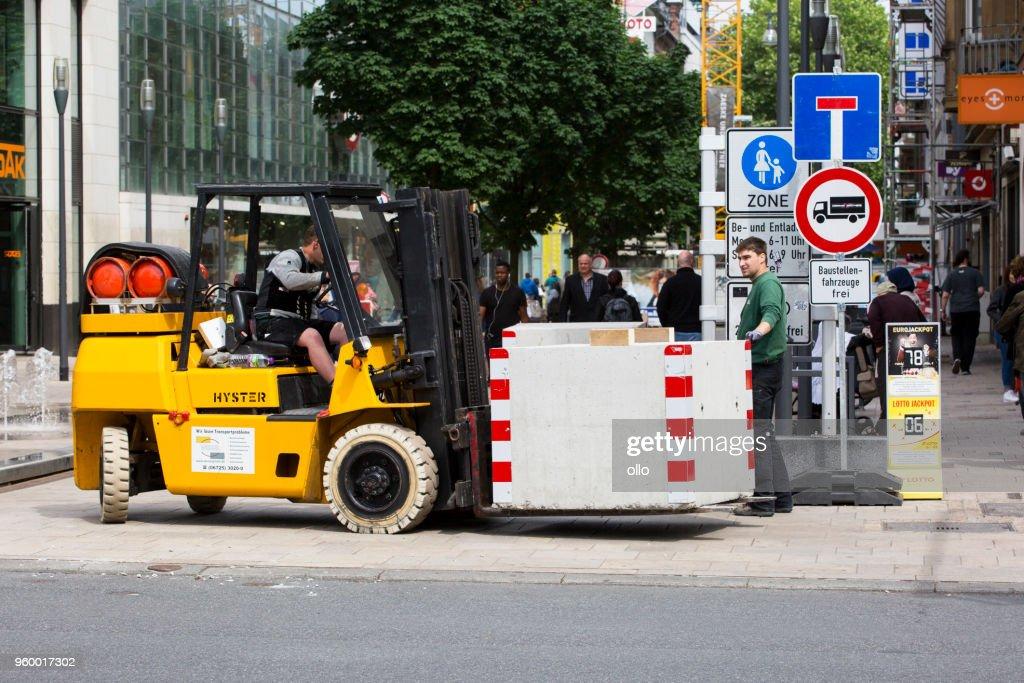 Installation von Anti-Terror-Straßensperren : Stock-Foto