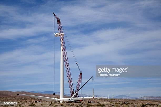 installing blades on wind generator using 2 cranes - timothy hearsum stock-fotos und bilder