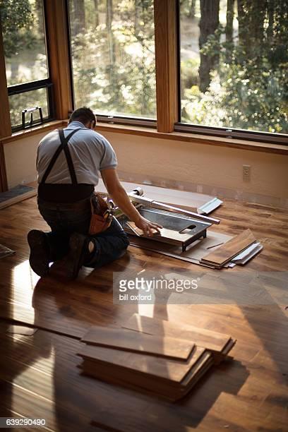 installing wood flooring - cutting - aanbrengen stockfoto's en -beelden