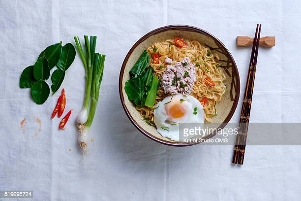 instant noodle with ingredients