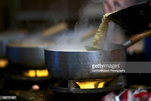 instant noodles cooking