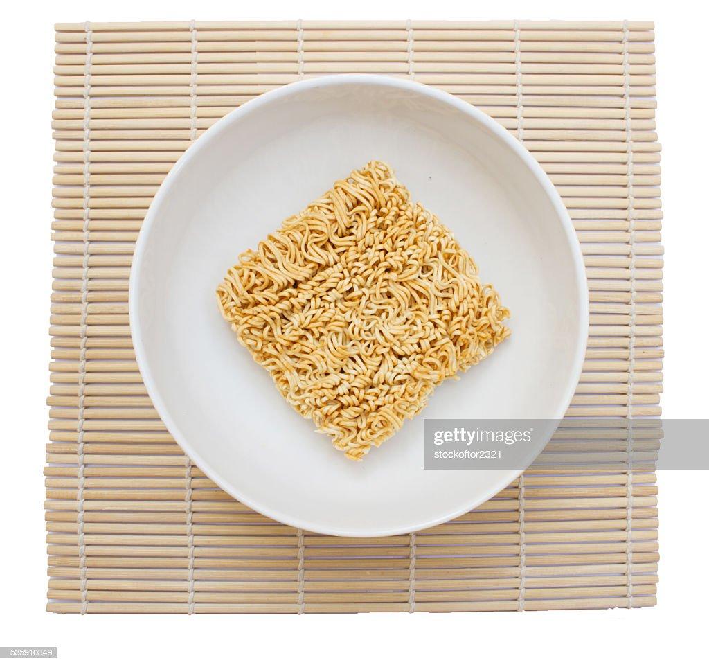 noodles instantâneos sobre fundo branco : Foto de stock