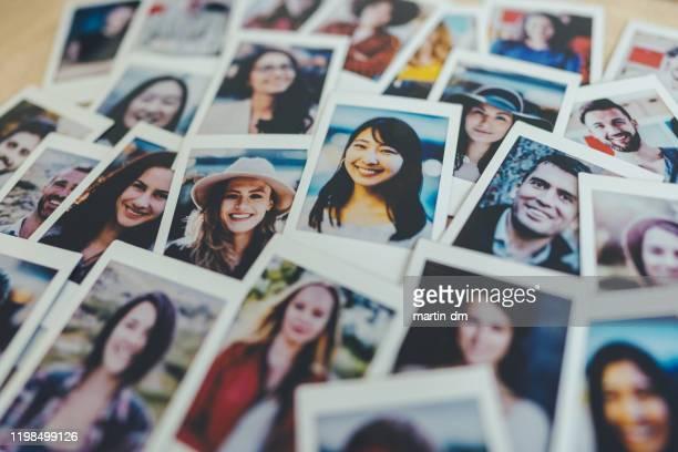 instant portraits - grand groupe d'objets photos et images de collection