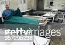 Institut für Gerichtliche Medizin Assistent bereitet eine Leiche für die Sektion vor 1996