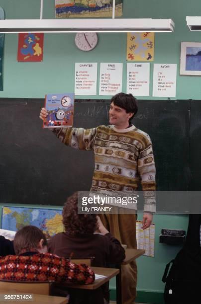 Instituteur en classe dans une école primaire à Gentilly en 1995 dans le ValdeMarne France