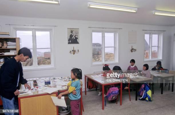 Instituteur groenlandais avec la classe des petits soit 6 eleves Region d'Ammassalik