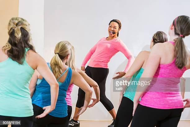 Lehrer führt einen Fitness-Kurs oder