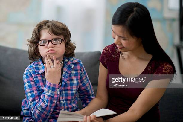 Lehrer liest ein Buch ein Kind