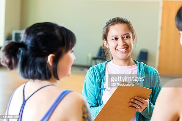 Instrutor registos alunos em aula de exercício físico
