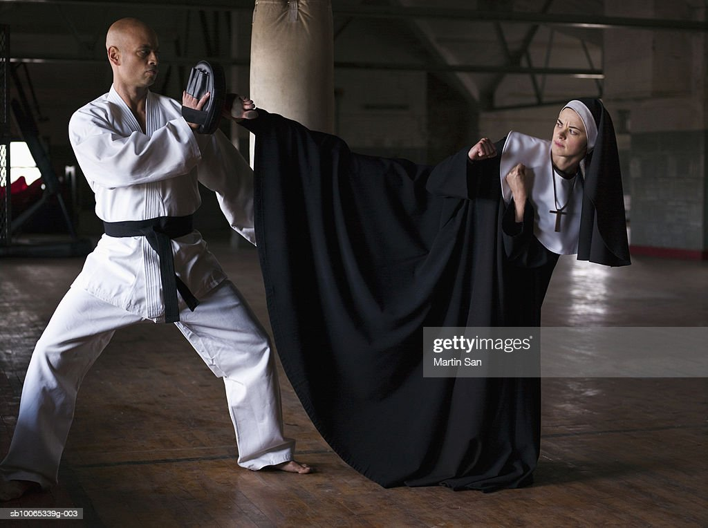 Instructor teaching martial arts to young nun : Foto stock