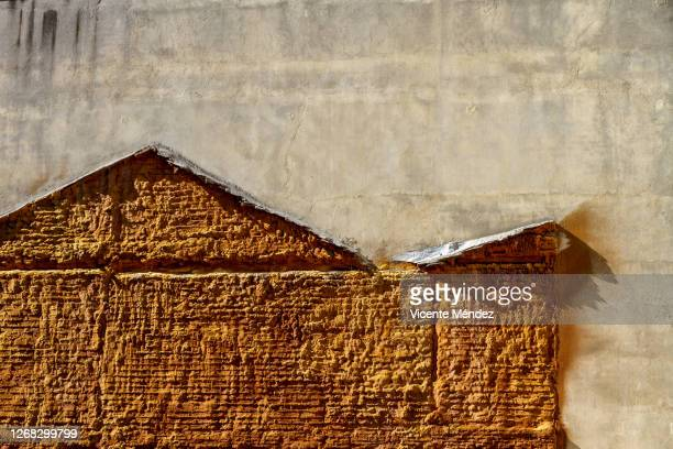 insulated wall of missing house - vicente méndez fotografías e imágenes de stock