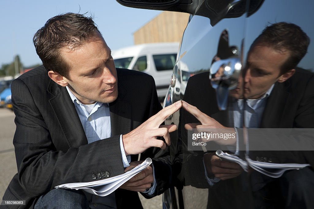 Insurance agent Inspektion Schaden an einem Fahrzeug : Stock-Foto