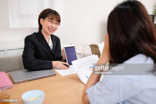 保険代理店が顧客とビジネスを話す - 営業職 ストックフォトと画像