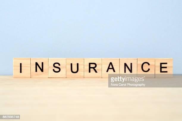 insurance word on wooden tile block - help palavra única - fotografias e filmes do acervo