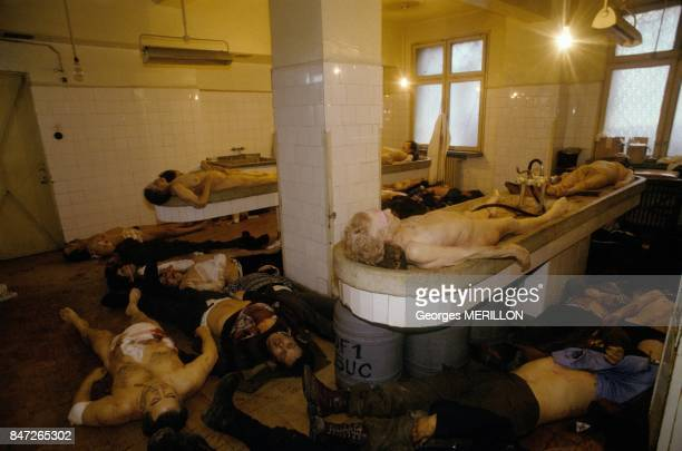 Insurrection a Bucarest cadavres dans une morgue de fortune le 25 decembre 1989 a Bucarest Roumanie