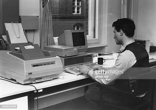 ISDN = Integrated Service DigitalNetwork = Integriertes DigitalesTelekommunikations SystemUBz einen Postmitarbeiter mit den ISDNEndgeräten Personal...