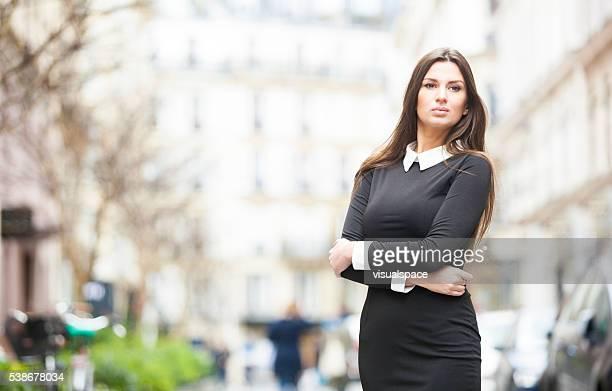 Inteligente y atractivo Retrato de mujer en una calle de la ciudad
