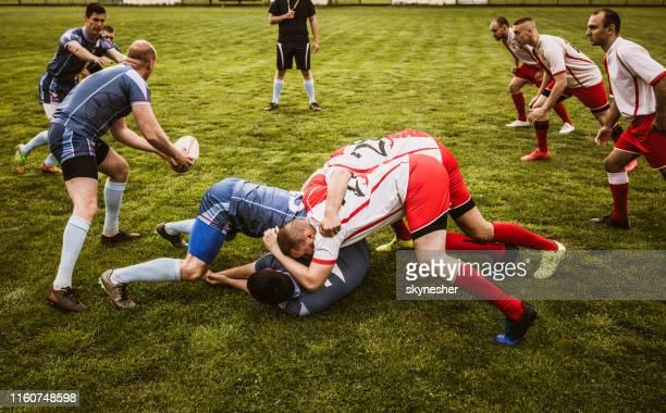 スタジアムで激しいラグビーの試合! - tackling ストックフォトと画像