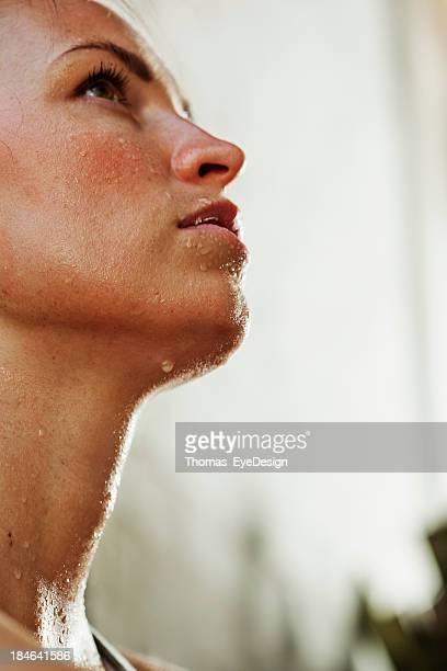 Intensive Junge Frau Schwitzen nach dem Training