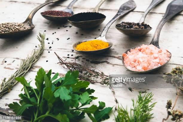古いスプーンを集中的な薬味 - 薬草 ストックフォトと画像