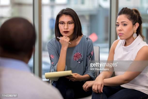 escuchando atentamente a un hombre no identificado que habla - cultura indioamericana fotografías e imágenes de stock