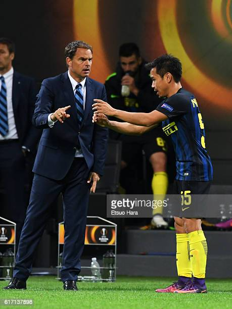 Inter head coach Frank de Boer instructs Yuto Nagatomo during the UEFA Europa League match between FC Internazionale Milano and Southampton FC at...