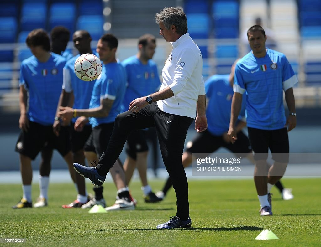 Inter Milan coach Jose Mourinho (C) supervises a training session at the Alfredo Di Stefano stadium in Madrid, on May 21, 2010, on the eve of the UEFA Champions League Final against Bayern Munich.