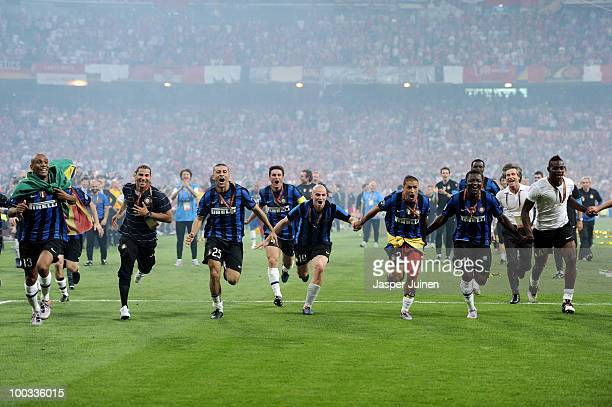 Inter Milan players celebrate their team's victory at the end of the UEFA Champions League Final match between FC Bayern Muenchen and Inter Milan at...