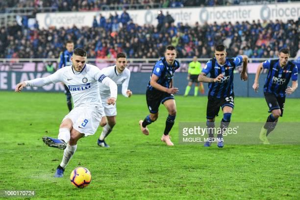 Inter Milan's Argentine forward Mauro Icardi shoots to score a penalty kick during the Italian Serie A football match Atalanta Bergamo v Inter Milan...
